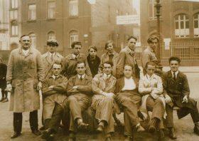 Wilhelm Apel (2. von links sitzend) mit Kollegen, 1920er Jahre