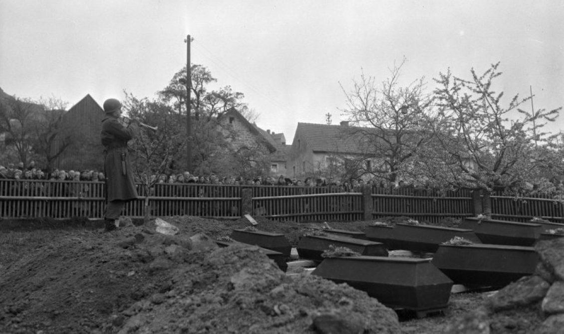 Похороны заключенных в деревне Флоссенбюрг