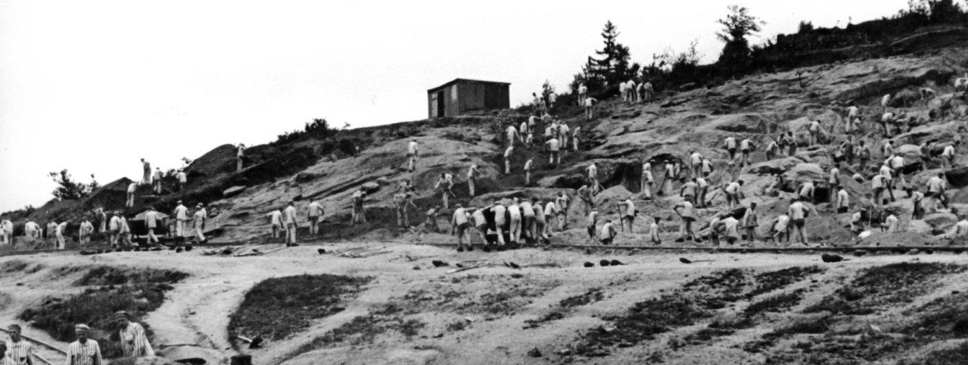 Узники работают в каменном карьере (фрагмент)