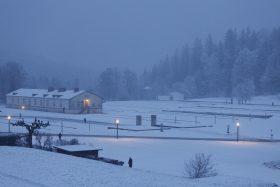 Aussengelaende im Winter abends